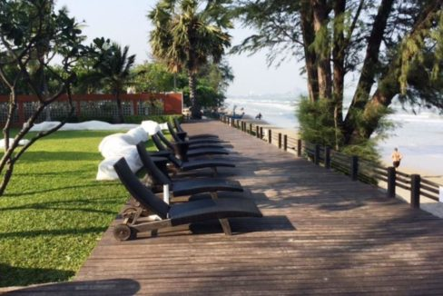 02 Beachfront sunloungers