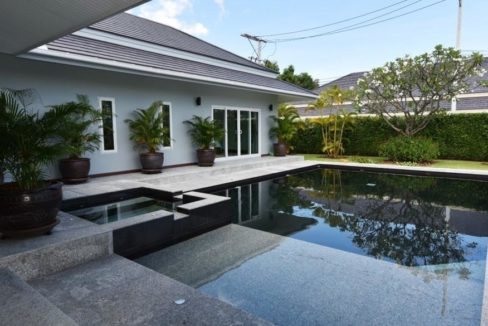 02 Large swimming pool with jacuzzi 1
