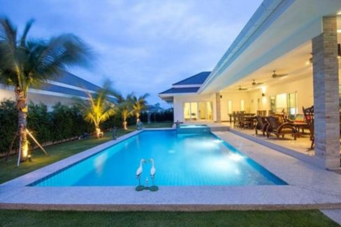 02 Large swimming pool with jacuzzi 2