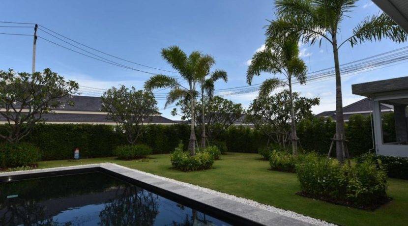 03 Beautifull landscaped garden