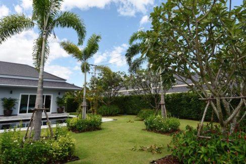04 Beautifull landscaped garden 1