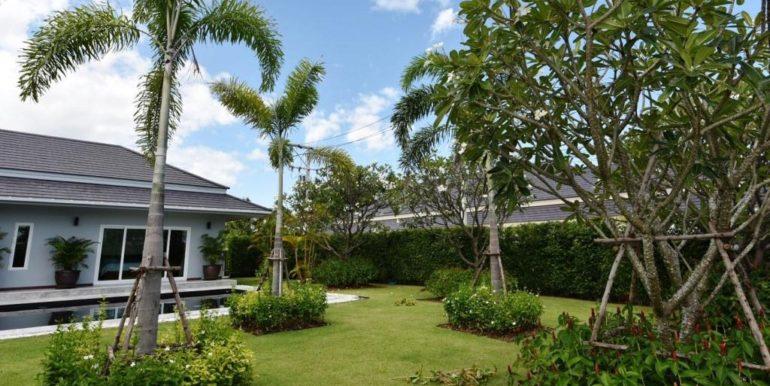 04 Beautifull landscaped garden