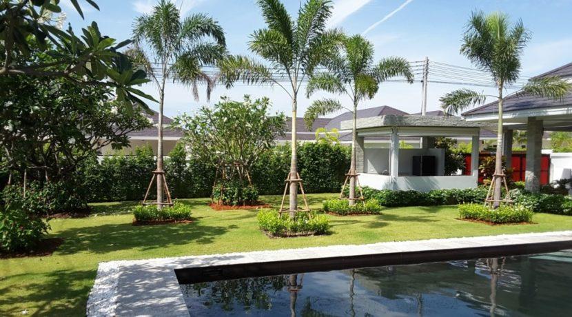 05 Buautiful landscaped garden 1