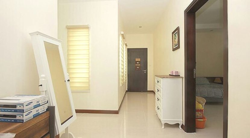 29 Walkway to bedrooms