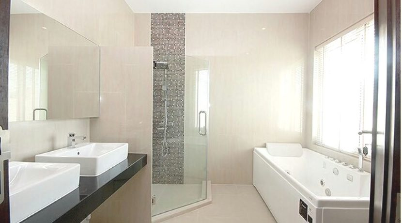 31 Ensuite master bathroom