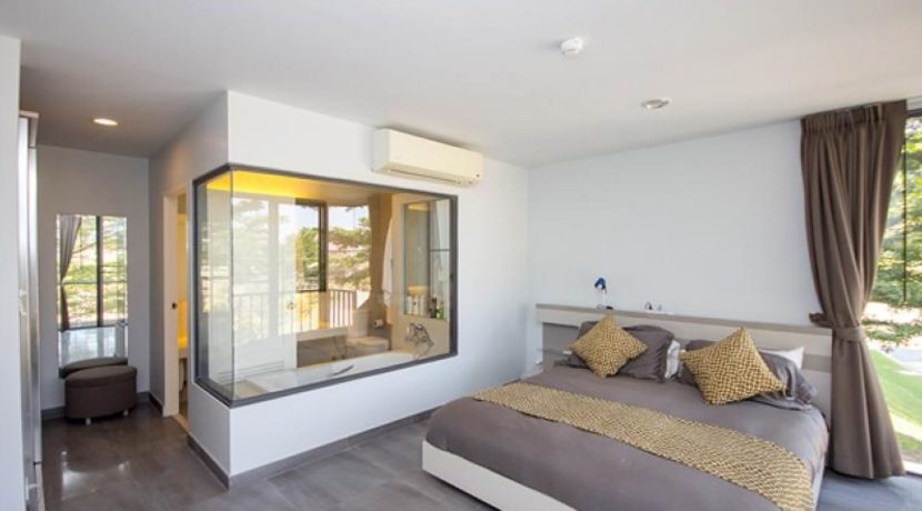 30 Apecious master bedroom