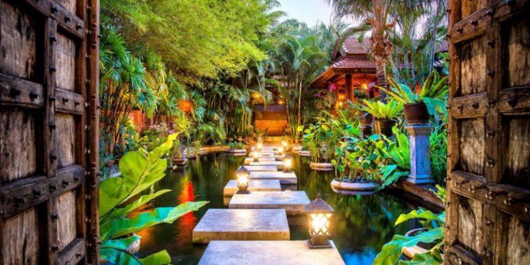 Grandiose villa entry