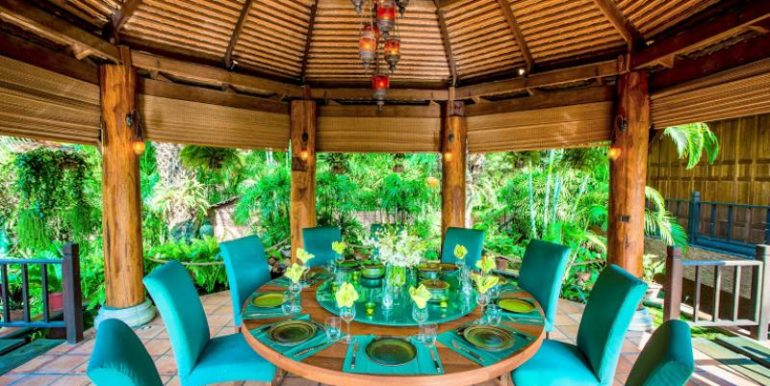 Sala with round dining table