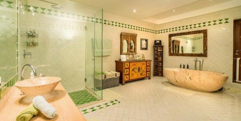 Huge en-suite master bathroom