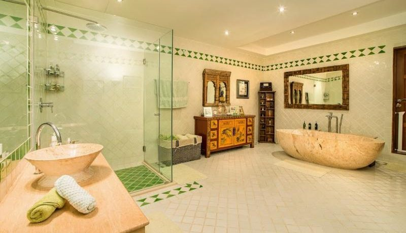 Huge en-suite master bathroom