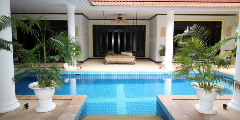 04 House built around the pool