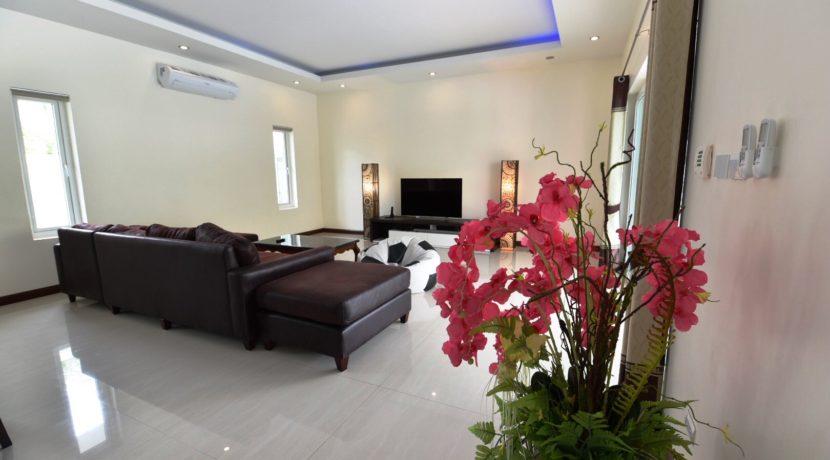 10B Spacious living dining room