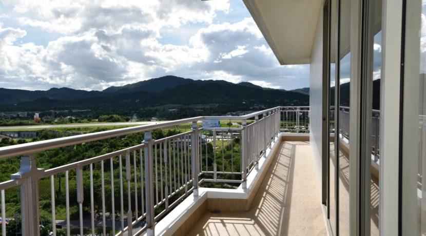 16 Large balcony traversing apartment