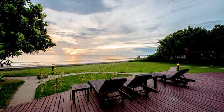 81 Beachfront with sunlounger deck