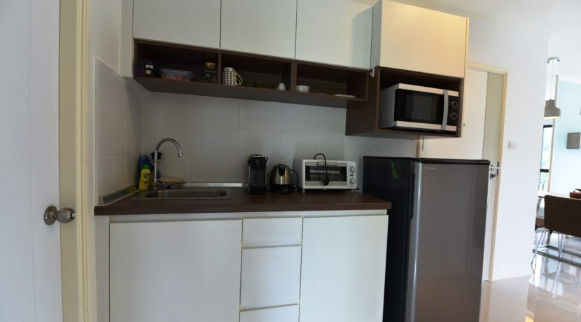 25 Fully fitted open kitchenette 1