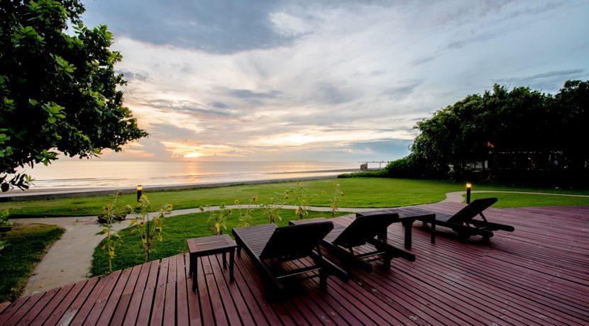 02 Beachfront with sunlounger deck