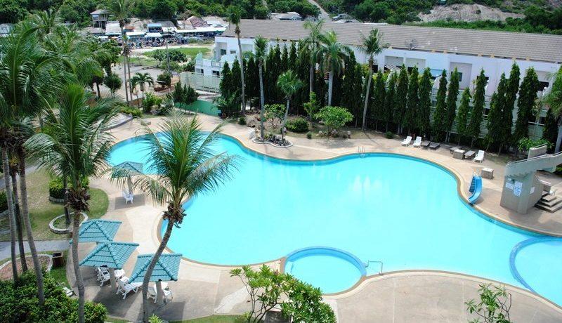 04 Large swimming pool with pool bar