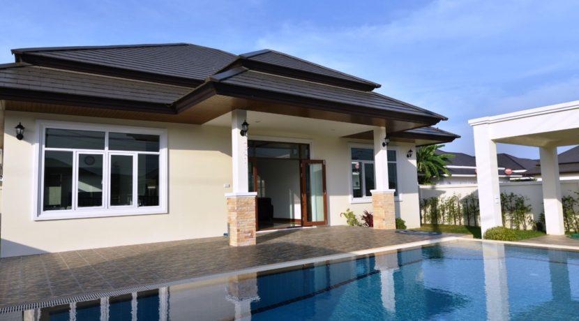 04 Villa entrance with patio
