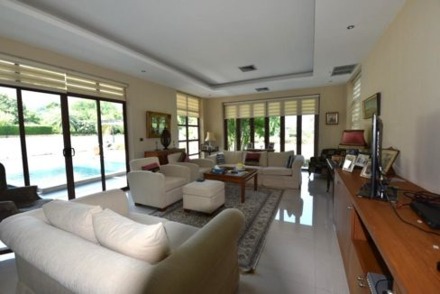 10 Spacious living room with exit to pool