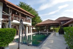 03A Villa organized around swimming pool