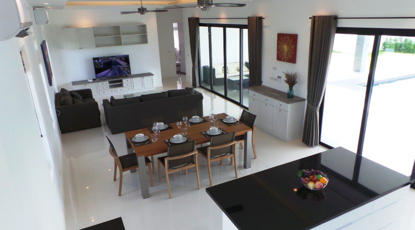 11 Spacious living dining lounge