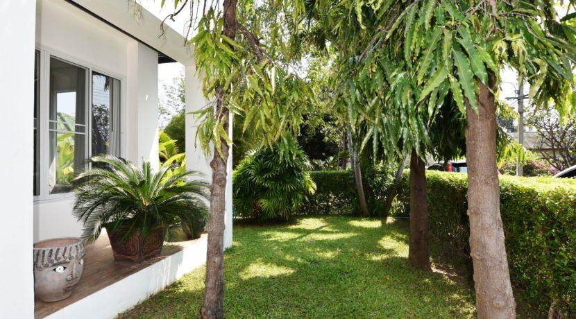 04 Well trimmed garden