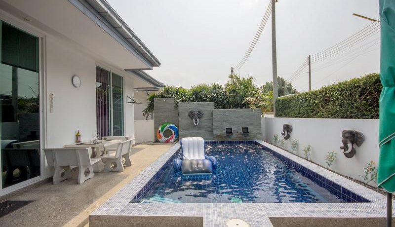 03 Pool area with furnished patio
