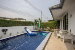 04 Pool area with furnished patio