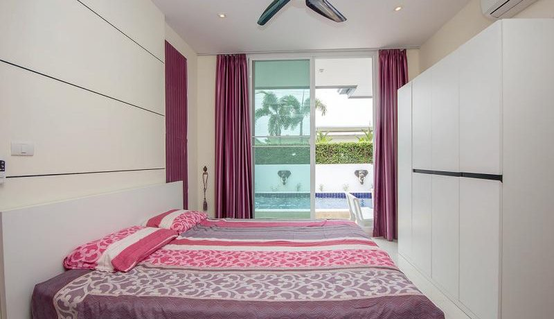 31 Spacious master bedroom with exit to pool