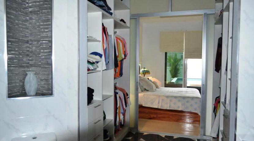 32 Walkin closet