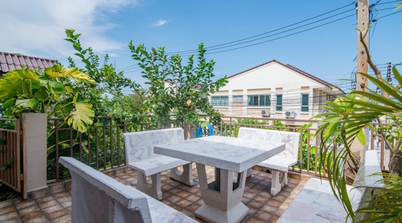 23 Large furnished roof terrace