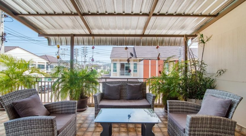 25 Covered furnished roof terrace