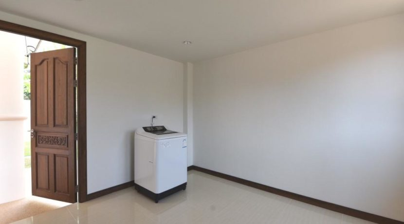 91 Utility room with washing machine