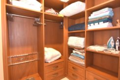 31 Large walkin wardrobe
