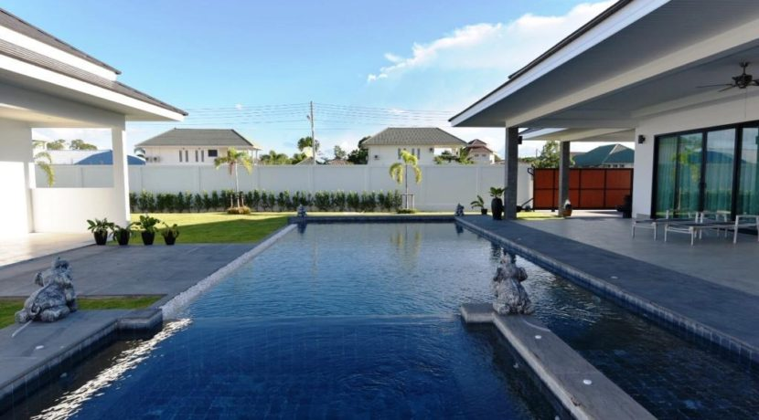 04B 5x12 meter infinity pool with jacuzzi and wetdeck