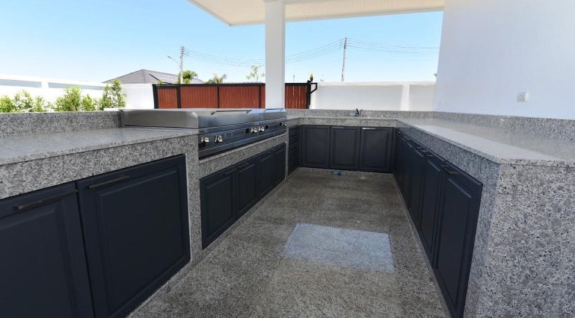 06 Fully fitted BBQ kitchen