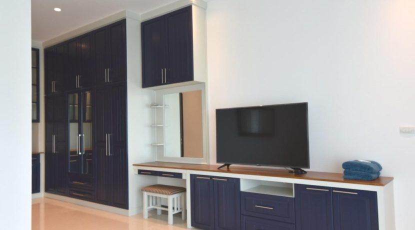 32 Walkin wardrobe TVCosmetic set