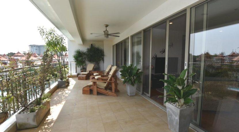12B Very large balcony traversing aqll apartment
