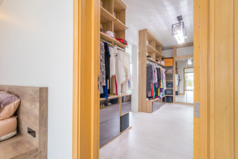 31 Huge walkin wardrobes