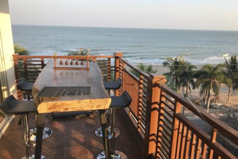 13 Spacy balcony with dining table