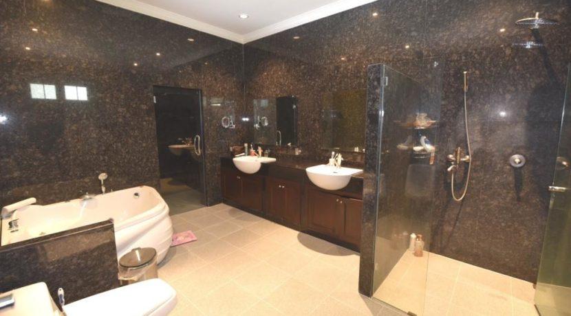 35 Ensuite master bathroom with sauna