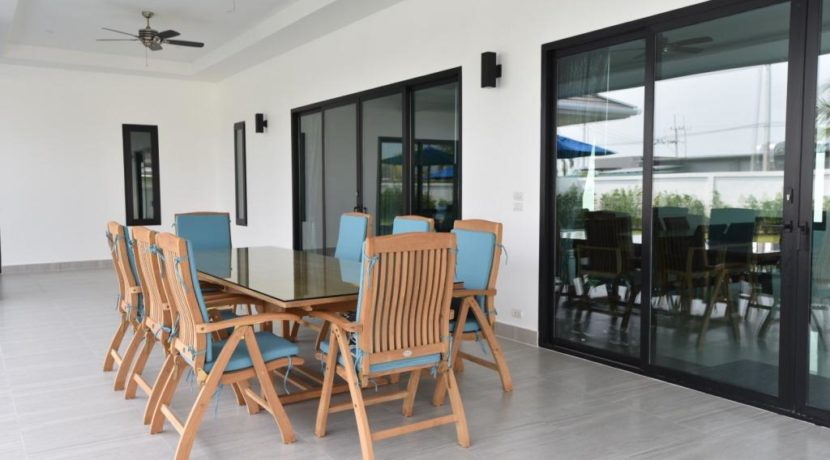 04 Fully covered furnished patio