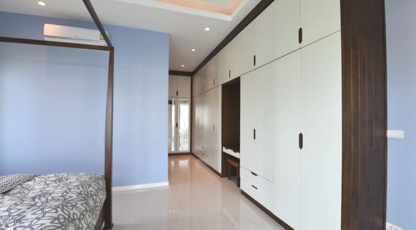 32 Master bedroom wardrobes and cosmetic desk