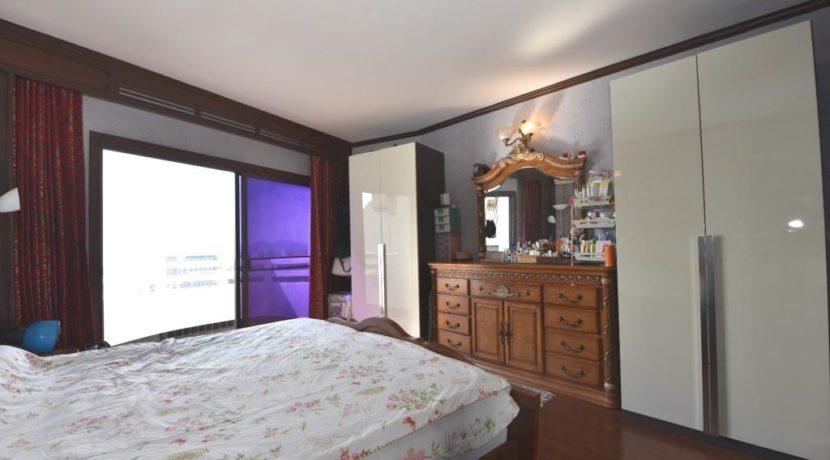 32 Spacious master bedroom