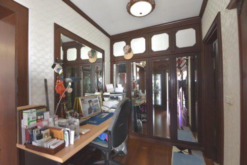 34 Walkin wardrobe office area