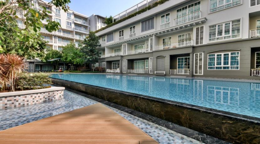 91 Large swimming pool