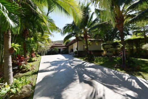 01 House entrance driveway