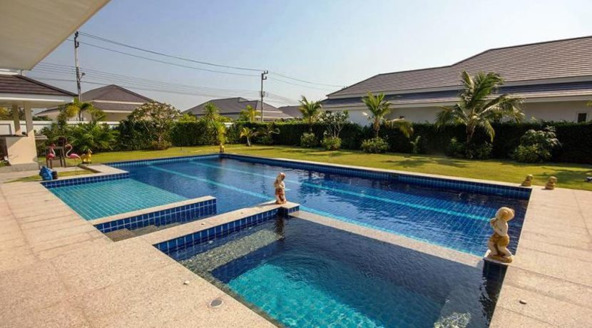04 Pool with jacuzzi and wading pool section