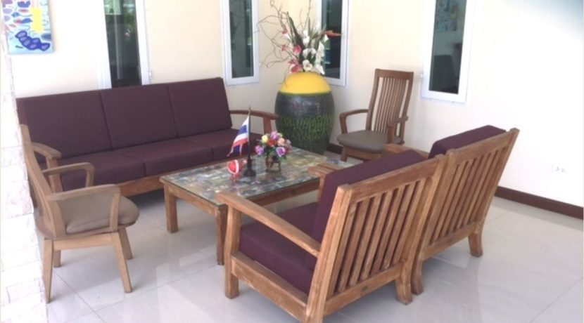 06 Great covered furnished patio