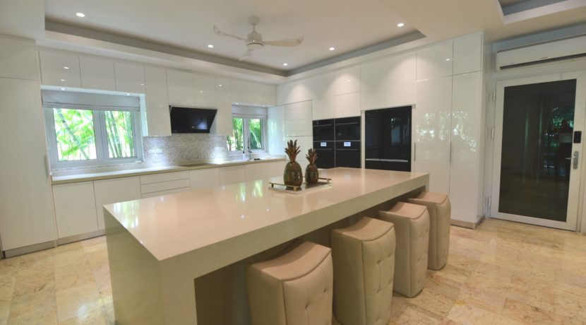 25 Fully fittet ultra modern kitchen
